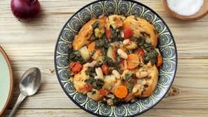 Brot  Ist es bereits vertrocknet, aber noch nicht verschimmelt? Dann kann man aus altem Brot nicht nur wunderbare Croutons machen, die als Suppeneinlage köstlich schmecken, sondern auch eine ganze Suppe aus Brot. In Italien isst man beispielsweise Ribollita - eine bäuerliche Gemüsesuppe aus der Toskana. Die besteht aus Resten vom Vortag. Dafür dünstet man Gemüse wie Grünkohl, Wirsing, weißen Bohnen, Kartoffeln, Karotten, Zwiebeln und Tomaten in Olivenöl, gießt das Gemüse mit Brühe auf und legt die Suppe mit Brot aus.