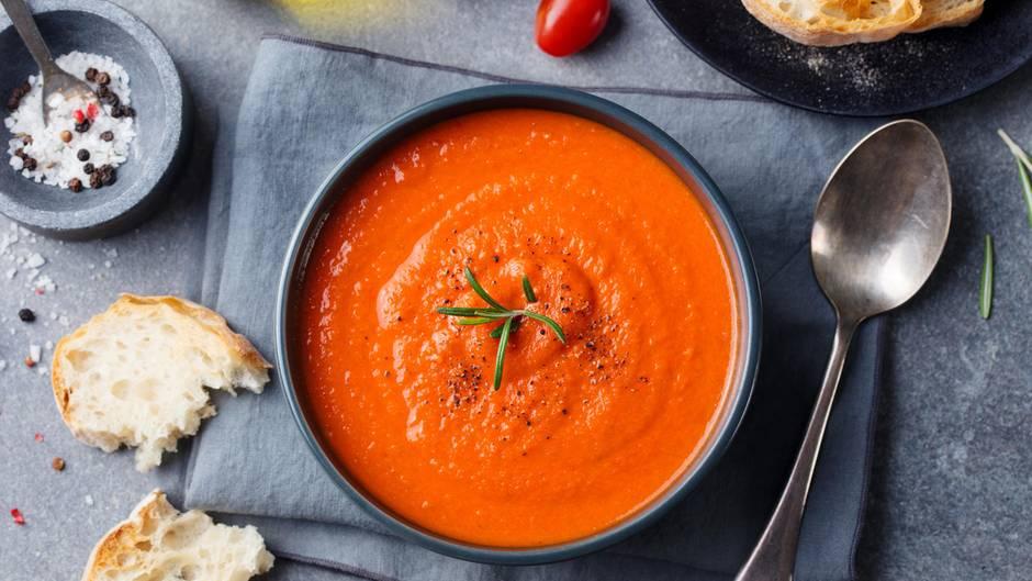 Tomaten  Wenn die Tomaten überreif sind, schmeißen Sie sie nicht weg. Halbieren Sie die Tomaten lieber und rösten sie im Ofen. Dann mit Zwiebeln, Knoblauch und Sahne im Mixer pürieren. Mit Salz und Pfeffer abschmecken.