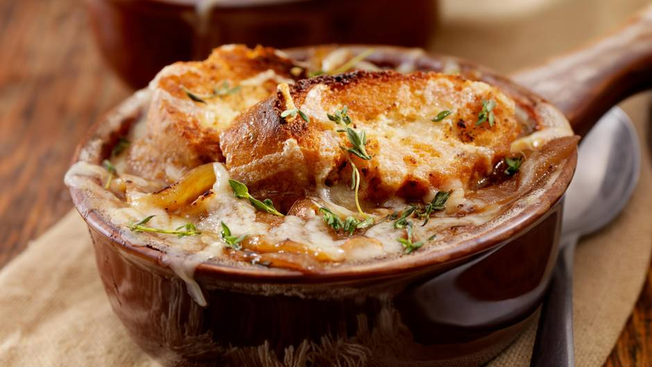 Zwiebel  Die Franzosen wissen, was gut ist. Kein Wunder also, dass Zwiebelsuppe ein Renner in Frankreich ist. Dazu können Sie getrost schon Zwiebeln nehmen, die nicht mehr ganz so knackig sind. Schälen, halbieren und schneiden Sie die Zwiebeln dafür in feine Ringe. Dünsten Sie diese in Butter für knapp 50 Minuten. Dann mit Hühnerbrühe ablöschen und für weitere 30 Minuten köcheln lassen. Schmecken Sie die Suppe ab und servieren diese mit gerösteten und Käse überbackenen Brotscheiben.