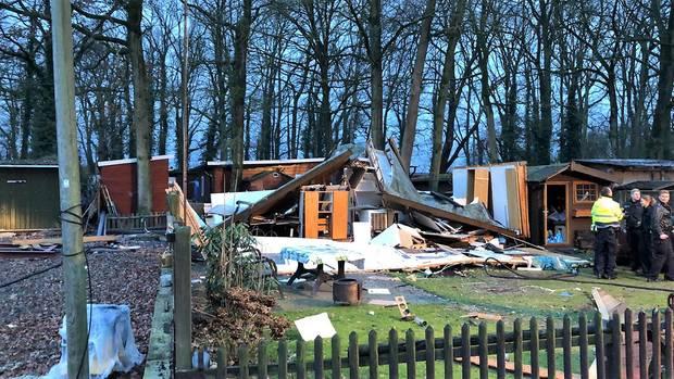 Niedersachsen, Freren: Eine Holzhütte auf einem Campingplatz liegt nach einer Gasexplosion in Trümmern
