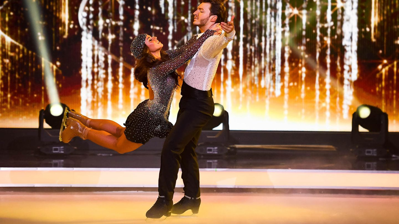 "Sarah Lombardi und Profi-Eisläufer Joti Polizoakis bei der finalen Kür in ""Dancing On Ice"""