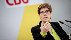 CDU-Chefin Annegret Kramp-Karrenbauer sorgt mit kuriosem Versprecher für Gelächter