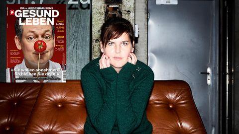 Miriam Maertens sitzt auf einer Couch
