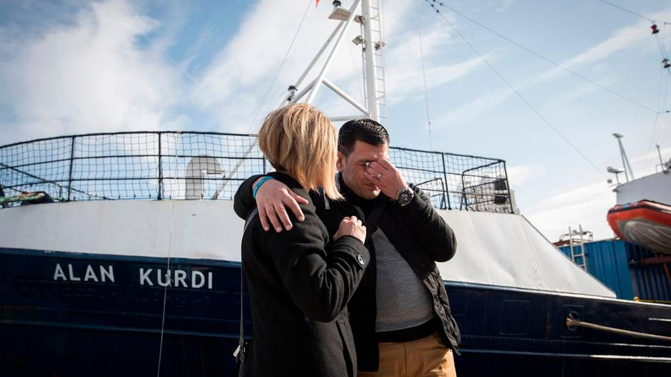 Abdullah Kurdi und seine SchwesterTima vor dem Sea-Eye-Rettungsschiff, das nach seinem verstorbenen Sohn und ihrem Neffen Alan Kurdi benannt wurde