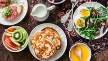 Frühstück steht auf dem Tisch