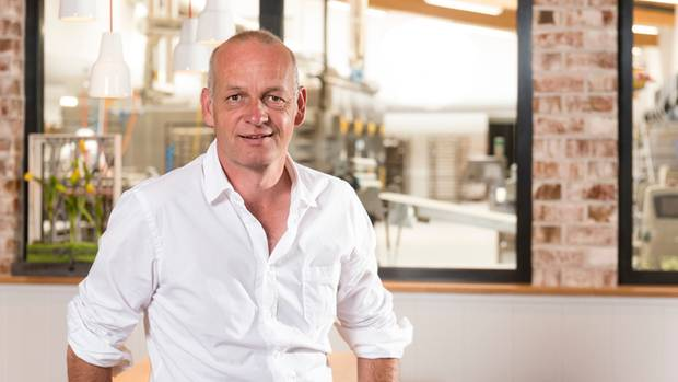 Im Ladengeschäft der Bäckerei-Filiale steht Frank Soetebier