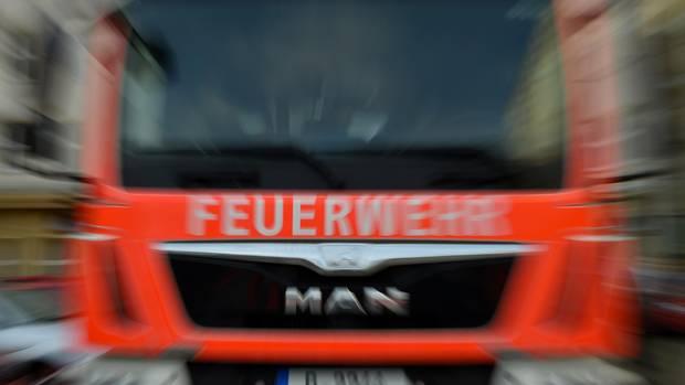 Feuerwehrauto abgebildet, das in Höchstgeschwindigkeit zum Einsatzort fährt