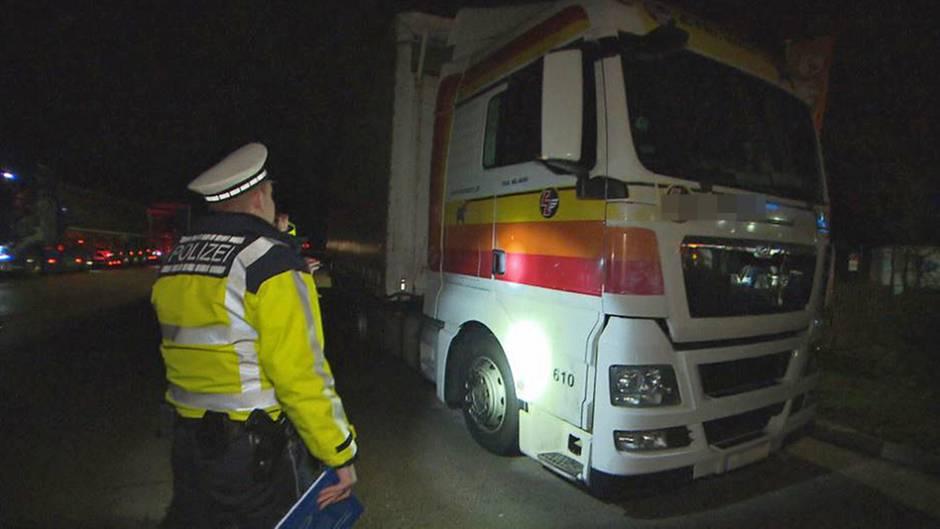 Ein LKW-Fahrerbei Walldorf (Baden-Württemberg) will gerade wieder starten, die Polizeikontrollestoppt ihn für eine Stichprobe.