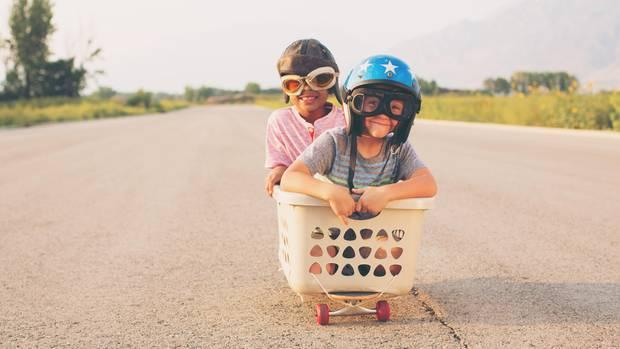 Kinder auf Skateboard