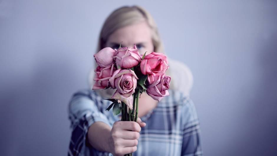 Frau mit Blumen auf Date