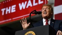 Donald Trump spricht während einer Kundgebung im El Paso County Coliseum