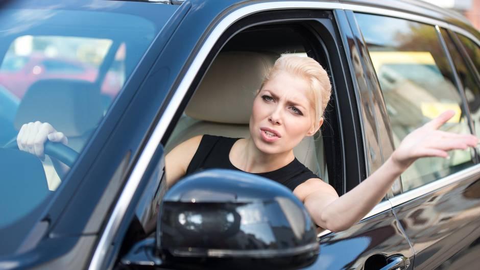 Was sollte das? Auch wenn man weggedrängt wurde, ist es nicht leicht eine Nötigung nachzuweisen.Nötigung ist eine Straftat. Sie kommt im Straßenverkehr häufig vor, ist aber schwer zu beweisen, denn es kommt auf die Absicht an. Doch zum Glück verraten sich Verkehrsrowdys häufig.  Lesen Sie:  Hupen, drängeln, schneiden – Was ist eine Nötigung im Straßenverkehr?