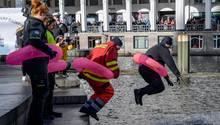 Warnstreik Hamburg: Sprung in die Alster
