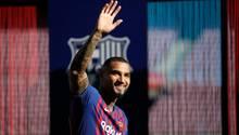 Kevin-Prince Boateng winkt im gestreiften Trikot des FC Barcelona Fans zu