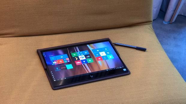 HP Spectre Folio Tablet auf einem gelben Sofa