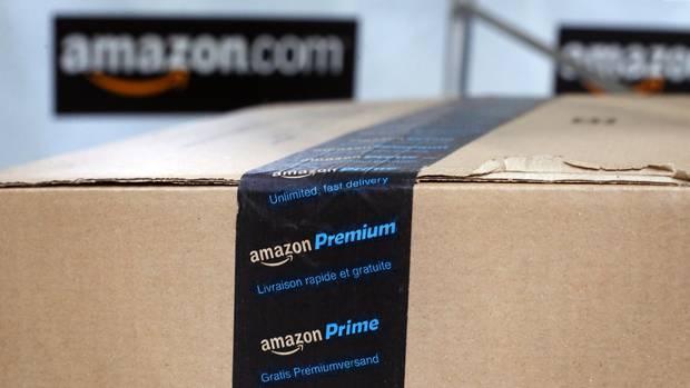 """In einem Amazon-Lager liegt ein Paket mit schwarz-blauem """"Amazon Prime""""-Klebeband"""