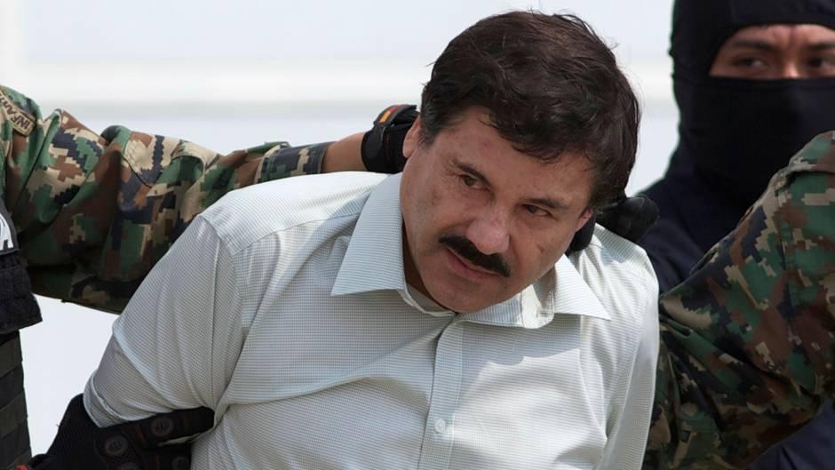 """Joaquin """"El Chapo"""" Guzman wird mit den Händen auf dem Rücken von Uniformierten abgeführt"""