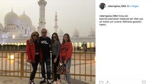Familie Geiss vor der Scheich-Zayid-Moschee in Abu Dhabi