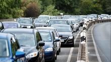 Autofahrer stehen auf dem Bremer Damm in Hannover im Stau.