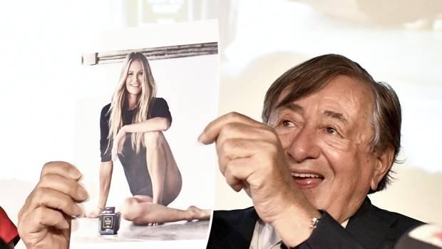 Richard Lugner präsentiert ein Foto von Supermodel Elle Macpherson