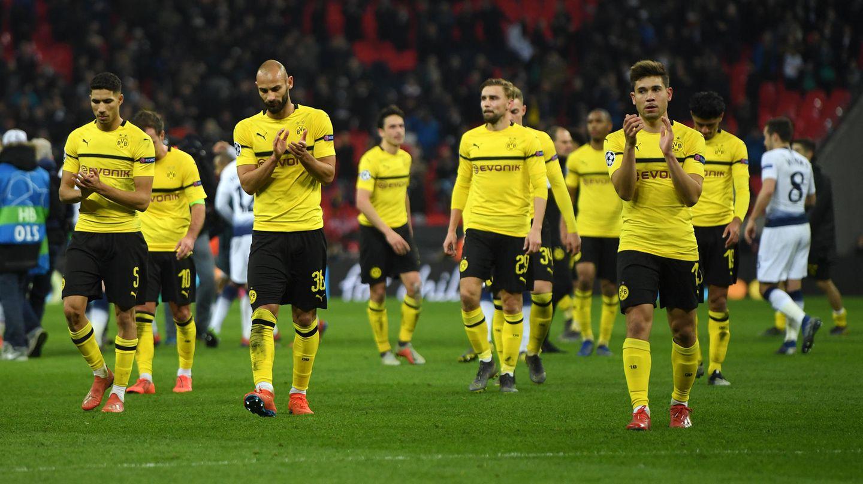 Komplett bedient: Die BVB-Spieler bedanken sich pflichtschuldig bei den mitgereisten Fans