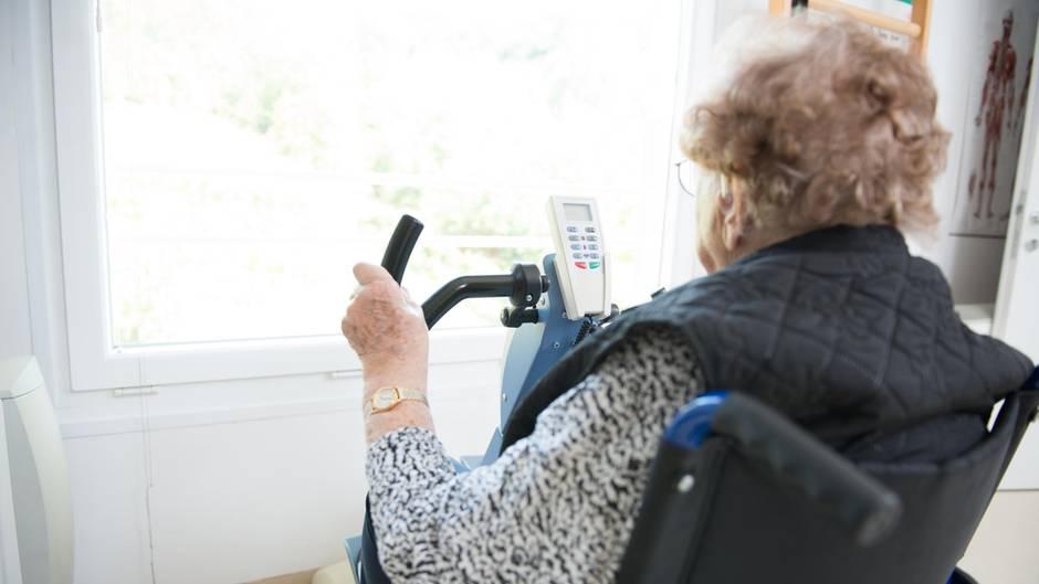 99-Jährige am Heimtrainer von hinten