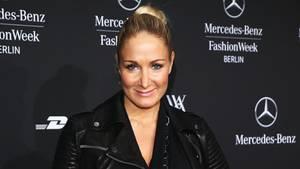 Janine Kunze posiert auf dem roten Teppich bei der Fashion Week