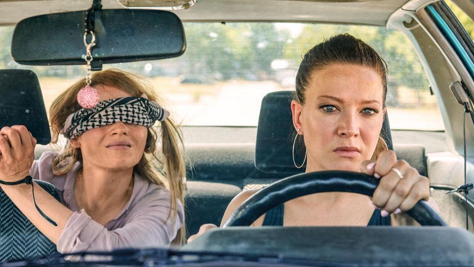 """Karoline Herfurth (l) und Hannah Herzsprung in einer Szene des Films """"Sweethearts"""""""