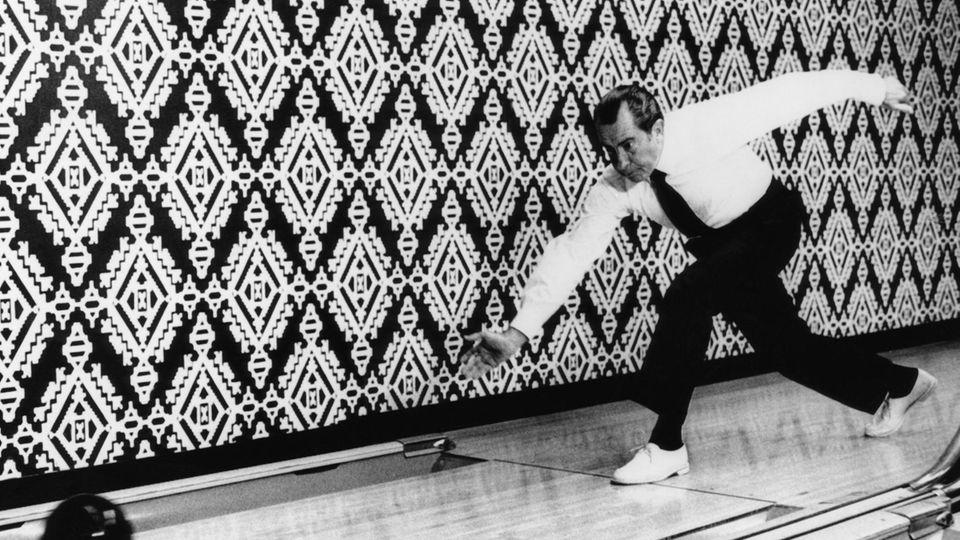 US-Präsident Richard Nixon (1969 - 1973) auf der Bowling-Bahn im Weißen Haus