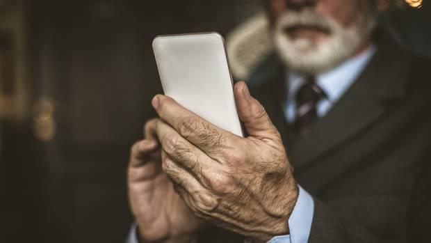 Für die Betrugsmasche suchen die Täter am liebsten ältere Opfer(Symbolbild)