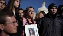 Lori Alhadeff (m.) hält auf einer Konferenz zum Thema Waffenkontrolle ein Bild ihrer Tochter Alyssa, die bei der Schulschießerei in Parkland starb.Rechts neben ihr steht Ehemann Ilan Alhadeff.