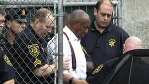 Bill Cosby wird von Beamten ins Gefängnis geführt