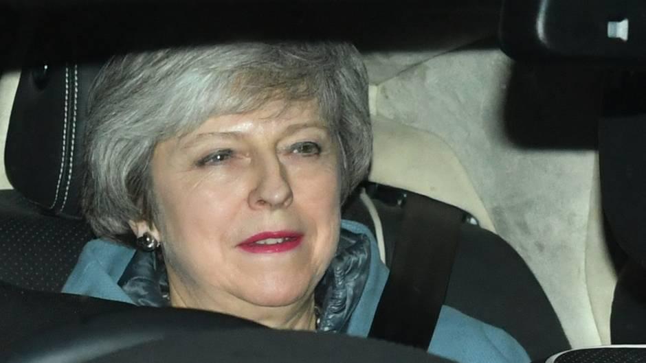 Die englische Premierministerin Theresa May sitzt in ihrem Dienstwagen
