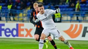 Frankfurts Luka Jovic (r.) schirmt den Ball vor Viktor Kovalenko von Schachtjor Donezk ab