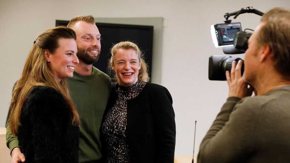 Niederlande: Mögliche Nachkommen des ArztesJan Karbaatfeiern den Gerichtsentschluss, einen DNA-Test machen zu dürfen
