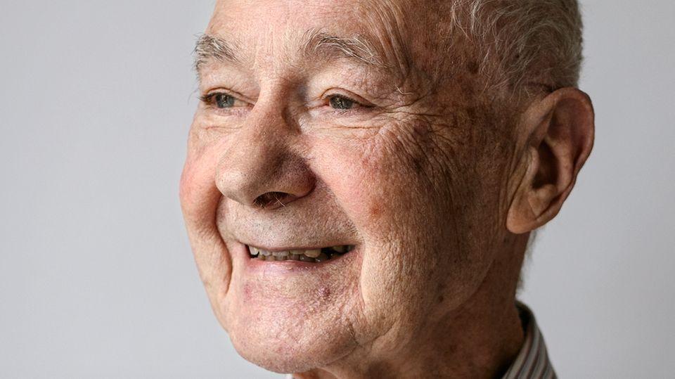 Günter Stöhr, 83, wohnt seit zehna Jahren gemeinsam mit seiner Frau Babette im Pflegeheim. Sie feierten hier sogar die diamantene Hochzeit. Die Tochter kommt jeden tag zu Besuch.