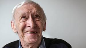 """Oskar Brütting, 76, ehemaliger Bäcker, hat """"Probleme mit den Haxen und dem Herz"""". Sein Einzelzimmer ist ihm wichtig: """"Ich genieße es, wenn ich meine Ruhe habe."""""""