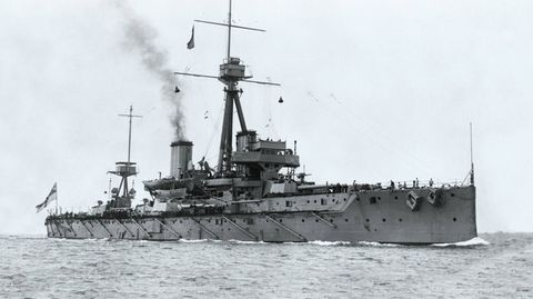 """Das Schlachtschiff """"Dreadnought"""" stellte mit seiner schweren Bewaffnung alle bisherigenKriegsschiffe in den Schatten."""