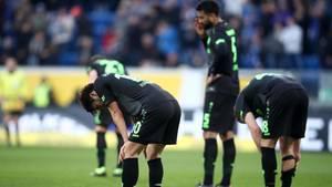 Mehrere Spieler von Hannover 96 stehen nach Abpfiff vorgebeugt auf dem Rasen