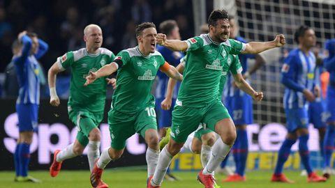 Mit ausgebreiteten Armen läuft Claudio Pizarro von Werder Bremen über den Platz und bejubelt sein Tor
