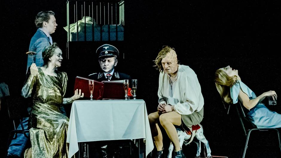 "Lina Beckmann, Angelika Richter, André Jung, Jan-Peter Kampwirth, Gala Othero Winter (v.l.n.r.) in ""Die Übriggebliebenen"""