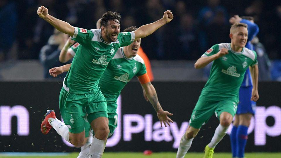 Claudio Pizarro reißt die Arme hoch und bejubelt sein Freistoßtor gegen Hertha BSC