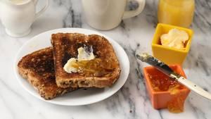 Toastbrot liegt auf einem Teller