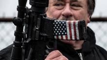 Ein mit der US-amerikanischen Flagge verziertes Sturmgewehr