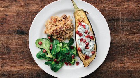 Vegane Rezepte: Ofenaubergine mit Mandel-Dattel-Quinoa, Feldsalat und Minzjoghurt