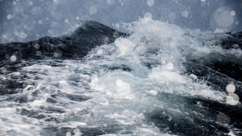 Tosende Fluten im Atlantik: Diese Aufnahme ist auf der Fahrt zum Hafen von Værøy auf den Lofoten entstanden