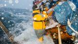Die Crew versucht trotz der Gischt den Hafen von Værøy auf den Lofoten zu erreichen.Kameramann TimFrank lässt sich nicht aus der Ruhe bringen.