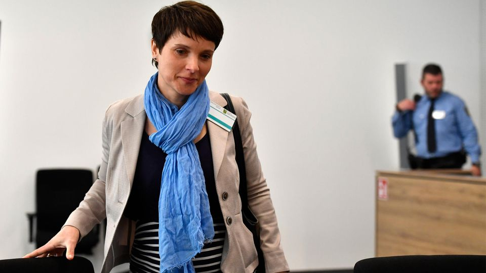 Frauke Petry wurdevon ihrem Ehemann Marcus Pretzell in den Gerichtssaal begleitet