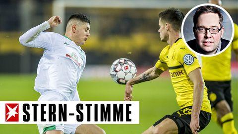 Absicht oder nicht: Im Pokalspiel gegen Werder spielt Dortmunds Julian Weigl klar Hand, aber Schiedsrichter Felix Brychließ in diesem Fall weiterlaufen
