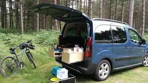 Beieinem Hochdachkombi findet ein Teil des Camperlebens außenbords statt.